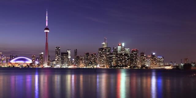Pontos turísticos e as luzes de Toronto
