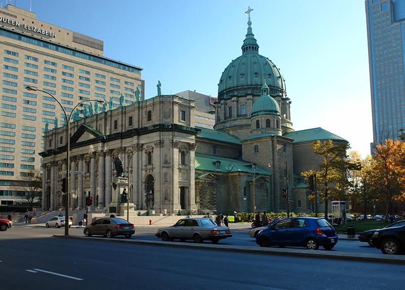 Rua Cathédrale St, endereço da Basílica de Marie Reine em Montreal