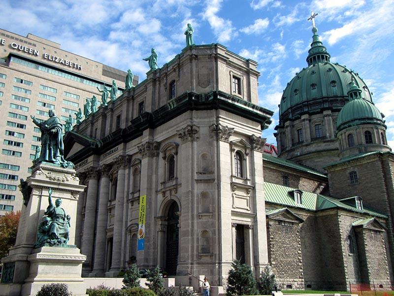 Lateral e estátuas da Basílica de Marie Reine em Montreal