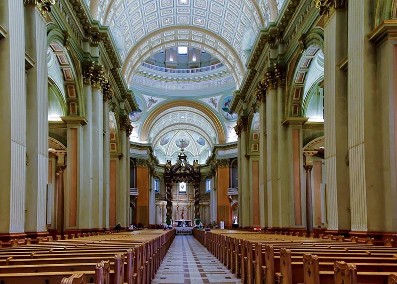 Interior da Basílica de Marie Reine em Montreal
