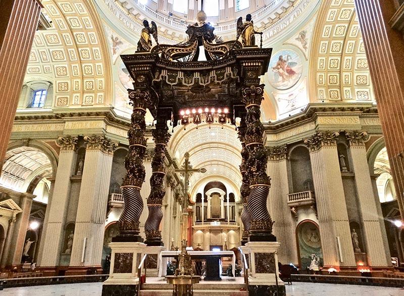 Altar da Basílica de Marie Reine em Montreal