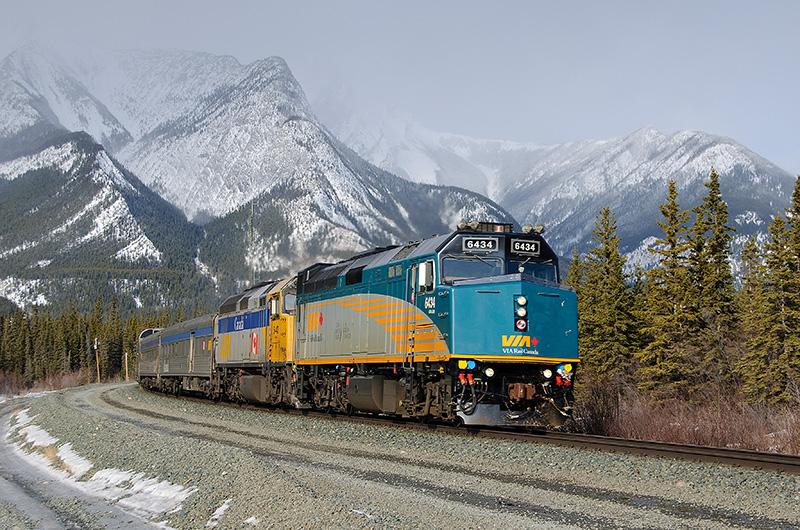 Trem da companhia VIA Rail no Canadá