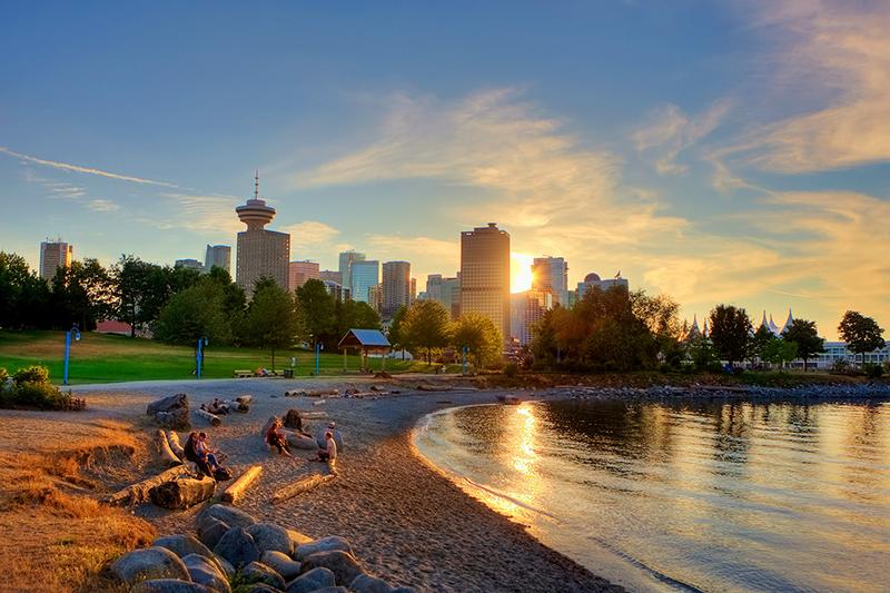 Pôr do sol da praia English Bay em Vancouver