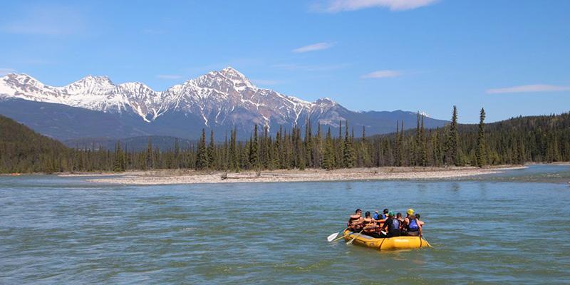 Beleza da excursão de Rafting no Parque Nacional em Jasper