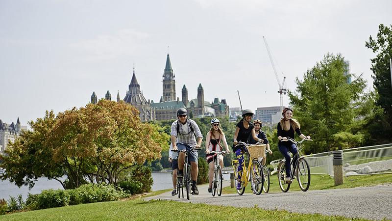 Grupo do passeio de bicicleta em Ottawa
