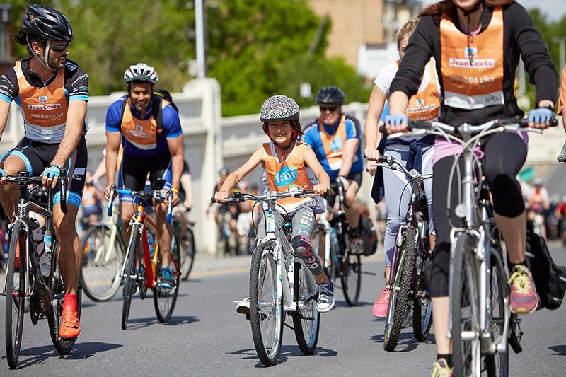 Criança na excursão de bicicleta em Montreal
