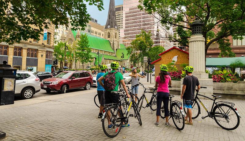 Grupo da excursão de bicicleta em Montreal