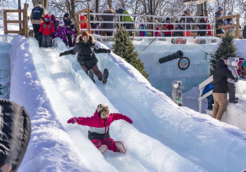 Crianças brincando no inverno em Montreal