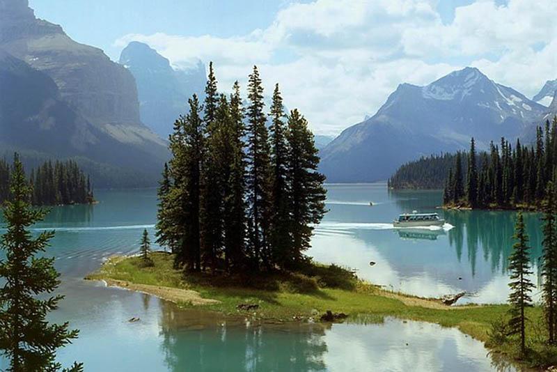 Cenário do Maligne Lake Cruise em Jasper
